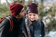 Jeunes couples de hippie s'étreignant en parc d'hiver Photographie stock libre de droits