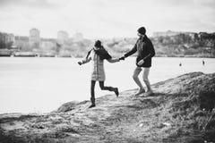 Jeunes couples de hippie s'étreignant en parc d'hiver Photo libre de droits