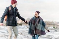 Jeunes couples de hippie s'étreignant en parc d'hiver Images stock