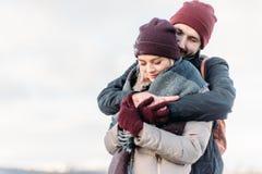 Jeunes couples de hippie s'étreignant en parc d'hiver Photo stock