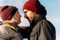 Jeunes couples de hippie s'étreignant en parc d'hiver Photos stock