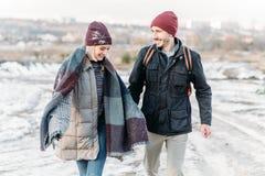 Jeunes couples de hippie s'étreignant en parc d'hiver Photographie stock