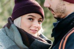 Jeunes couples de hippie s'étreignant en parc d'hiver Image stock