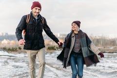 Jeunes couples de hippie s'étreignant en parc d'hiver Images libres de droits