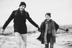 Jeunes couples de hippie s'étreignant en parc d'hiver Photos libres de droits
