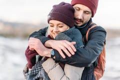 Jeunes couples de hippie s'étreignant en parc d'hiver Image libre de droits