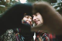 Jeunes couples de hippie tenant des mains dans le symbole d'amour Image libre de droits