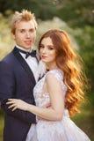 Jeunes couples de jeunes mariés dans un jardin de floraison Photo stock