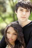 Jeunes couples de l'adolescence de verticale extérieure Photographie stock