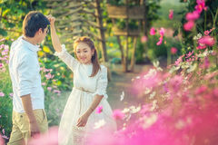 Jeunes couples de l'Asie dans l'amour dans le jardin et la danse Images libres de droits