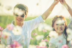 Jeunes couples de l'Asie dans l'amour dans le jardin et la danse Photographie stock libre de droits