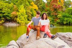 Jeunes couples de l'homme et de la femme étudiant dehors Photographie stock libre de droits