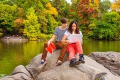 Jeunes couples de l'homme et de la femme étudiant dehors Photo libre de droits