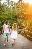 Jeunes couples de lune de miel posant sur le pont profondément dans la jungle Forêt tropicale d'île de Bali Pousse romantique l'i images stock