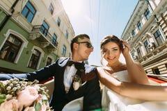 Jeunes couples de luxe sur la rue Image libre de droits