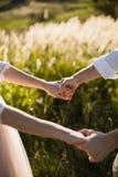 Jeunes couples de jeunes mariés dans le jardin Amour et tendresse Image stock