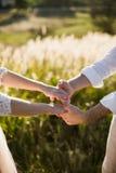 Jeunes couples de jeunes mariés dans le jardin Amour et tendresse Images stock