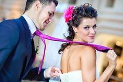 Jeunes couples de mariage Image stock