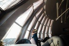 Jeunes couples de mariage appréciant des moments romantiques dans le bel intérieur moderne photographie stock libre de droits