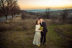 Jeunes couples de mariage appréciant des moments romantiques dans le lac d'automne Photo libre de droits