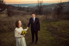 Jeunes couples de mariage appréciant des moments romantiques dans le lac d'automne Photos stock