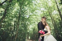 Jeunes couples de mariage, jeunes mariés posant sur une voie de chemin de fer Photo libre de droits