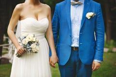 Jeunes couples de mariage Marié et jeune mariée ensemble Image libre de droits