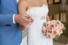 Jeunes couples de mariage Marié et jeune mariée ensemble Photos stock