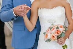 Jeunes couples de mariage Marié et jeune mariée ensemble Images libres de droits