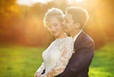 Jeunes couples de mariage sur le pré d'été Images stock
