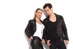Jeunes couples de mode dans des vêtements en cuir posant dans le studio Photo stock