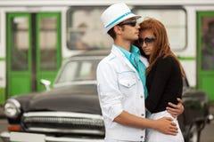 Jeunes couples de mode dans l'amour à la rétro voiture Photographie stock