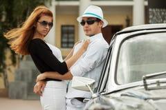 Jeunes couples de mode dans l'amour à la rétro voiture Photo libre de droits