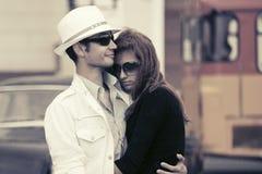 Jeunes couples de mode dans l'amour dans une rue de ville Photos stock