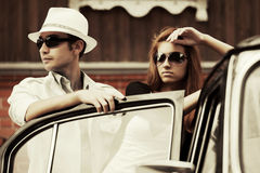 Jeunes couples de mode dans l'amour en la rétro voiture Photos libres de droits