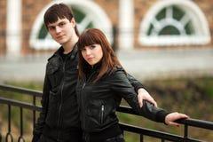 Jeunes couples de mode dans l'amour extérieur Photo stock