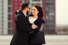 Jeunes couples de mode dans l'amour marchant sur la rue de ville Image stock