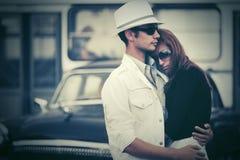 Jeunes couples de mode dans l'amour sur la rue de ville Photographie stock libre de droits