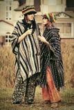 Jeunes couples de mode dans la marche d'amour extérieure Images stock