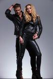 Jeunes couples de mode dans la pose en cuir de clother photographie stock libre de droits