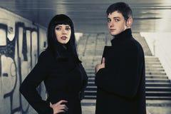 Jeunes couples de mode dans le tunnel souterrain Images stock