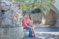 Jeunes couples de mode des amants au début de l'histoire d'amour - l'homme bel chuchote des baisers sexy dans la jolie oreille de Photo libre de droits