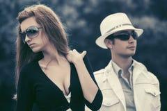 Jeunes couples de mode en conflit extérieur photographie stock