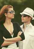 Jeunes couples de mode en conflit extérieur Image libre de droits