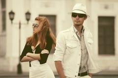 Jeunes couples de mode en conflit marchant dans la rue de ville Photographie stock libre de droits
