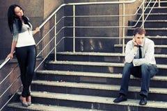 Jeunes couples de mode en conflit sur les étapes Image stock
