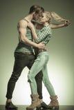 Jeunes couples de mode, homme tirant les cheveux de la femme Image stock