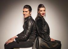 Jeunes couples de mode posant de nouveau au dos Image stock
