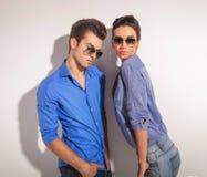 Jeunes couples de mode posant ensemble Image libre de droits