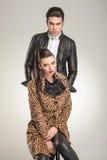 Jeunes couples de mode regardant l'appareil-photo Image libre de droits